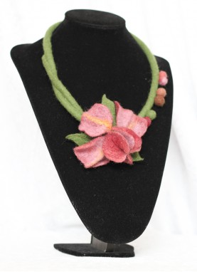 Colier lana impaslita , unicat, handmade, Irisul cu bilute